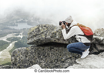 frau, fotograf, aufnahme nehmend, an, berg, peak.