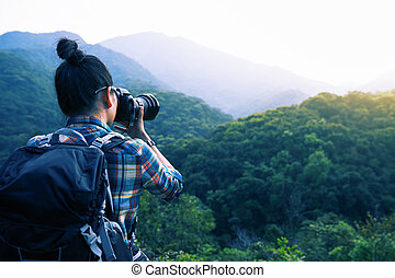 frau, fotograf, aufnahme nehmend, auf, morgen, berg, wald