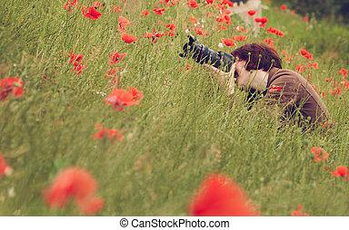 frau, fotograf, aufnahme nehmend, mit, fotoapperat, in, natur