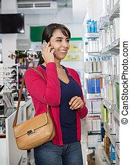 frau gebrauch mobiltelefon, in, apotheke