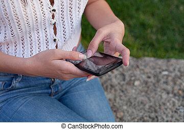 frau, gebrauchend, a, smartphone, draußen