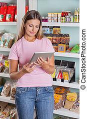 frau, gebrauchend, digital tablette, in, supermarkt