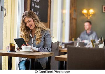 frau, gebrauchend, digital tablette, tisch