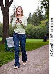 frau, gebrauchend, mobilfunk