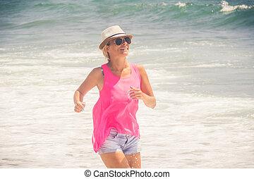 frau, gegen, wasserlandschaft, heiter, laufen strand, glücklich