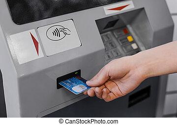 frau, geldautomat, hand, kredit, stellen, karte