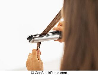 frau, gerade machen, straightener, haar, closeup, hintere ...