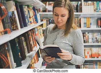 frau, gleichfalls, lesend buch, in, a, bookstore.