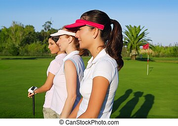 frau, golfen, drei, kurs, grünes gras, reihe