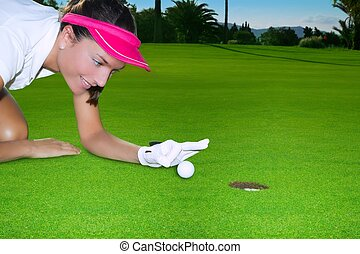frau, golfen, hand, kugel, grün, humor, loch, schnippen