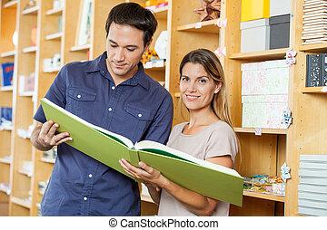 frau, groß, Buch, Analysieren, kaufmannsladen, Mann