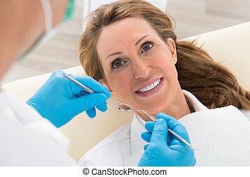 frau, haben, dentale nachuntersuchung