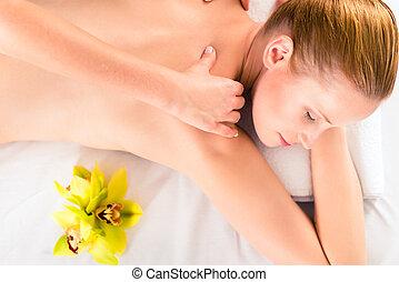 frau, haben, wellnessmassage, in, spa