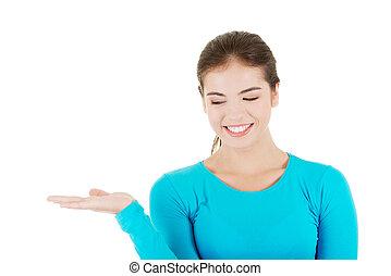 frau, handfläche, raum, glücklich, junger, präsentieren, aufgeregt, kopie, sie