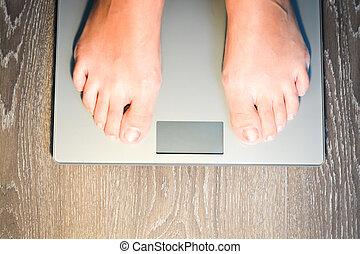 frau, hilfe, gewicht, kilogramm, füße, skala, treten, verlieren