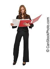 Frau im Anzug betrachtet Bauzeichnung in rotem Ordner