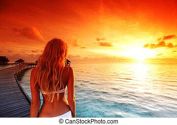 frau, in, a, kleiden, auf, maldivian, sonnenuntergang