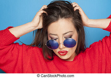 frau, in, a, rotes , bluse, auf, a, blauer hintergrund