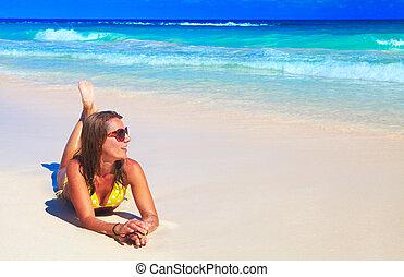frau, in, bikini, auf, der, strand.