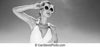 frau, in, funky, ananas, brille, anschauen, entfernung, an, sandstrand