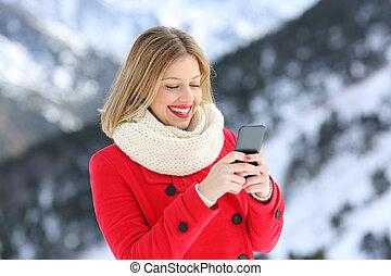 frau, in, rotes , gebrauchend, klug, telefon, in, winter, in, der, berg