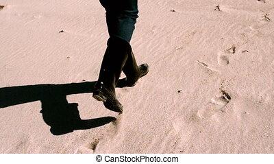 frau, in, stiefeln, gehen, sand