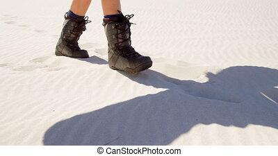 frau, in, stiefeln, gehen wüste, auf, a, sonniger tag, 4k