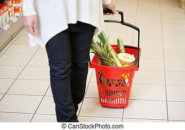 frau, in, supermarkt, ziehen, korb