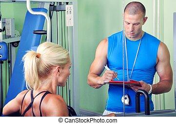 frau, in, turnhalle, trainieren, mit, persönlich, tauglichkeitsausbilder