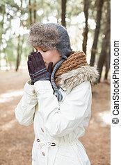 frau, in, winter- abnutzung, niesen, in, wälder