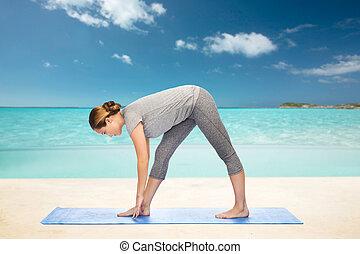 frau, joga matte, strecken, haltung, machen, intensiv