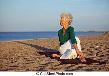 frau, joga, verrichtung, routine, älter, sandstrand