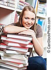 frau, junger, bibliotheksbuch, erwachsener, lächeln, lesende...