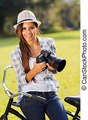frau, junger, fotoapperat, besitz, draußen, glücklich