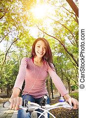 frau, junger, spur, fahrrad, musik, wald, zuhören, reiten