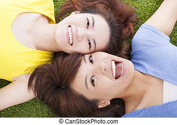 frau, junger, zwei, asiatisch, vergnügen, gras, liegen