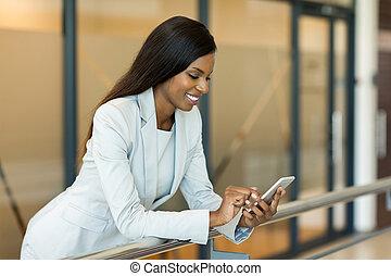 frau, karriere, junger, telefon, afrikanisch, gebrauchend, klug