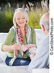 frau, karten, älterer mann, spielende , glücklich