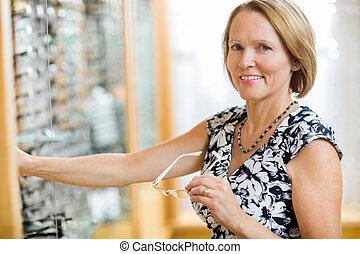 frau, kaufen, brille, in, kaufmannsladen