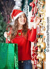 frau, kaufen, christbaumkugeln, in, kaufmannsladen