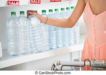 frau, kaufen, flasche, von, tafelwasser, in, supermarkt