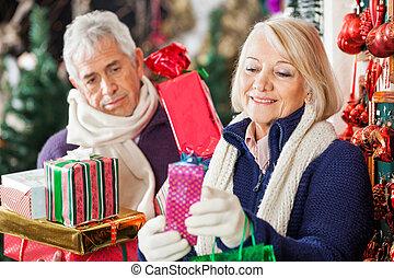frau, kaufen, geschenke, mit, mann, in, kaufmannsladen