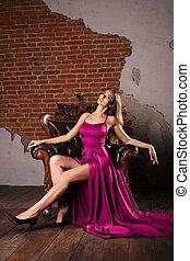 frau, klassisch, weinlese, sitzen, prächtig, junger, luxuriös, luxus, interior., stuhl, kleiden, apartment.