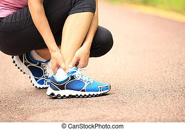 frau, läufer, halten, sie, verdreht, knöchel