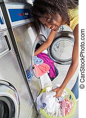 frau, laden, schmutzige kleidung, in, waschmaschine