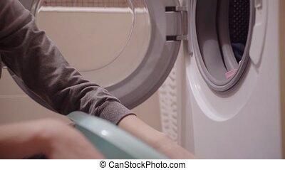 frau, laden, wäscherei, zu, der, waschmaschine