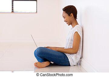 frau, laptop, junges schauen, afrikanisch, schirm