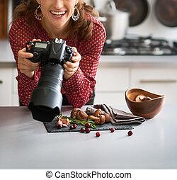 frau, lebensmittel, fotograf, auf, schauen, lächeln