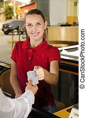 frau, lohnend, kassierer, an, der, bargeld, bankschalter