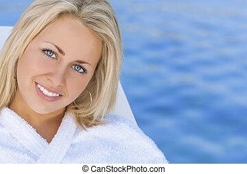 frau mädchen, in, weißes, spa, robe, blaues wasser, hintergrund